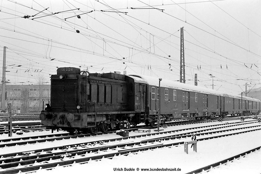 Nachdem die Oberpostdirektion Hannover zum 01.08.72 den Rangierdienst mit eigenen Loks (rote WR360C14) im Bereich des Bahnpostamts Hannover aufgegeben hatte, übernahmen die 236 des Bw Hannover diese Aufgaben. Am 14.02.76 lag sogar ein wenig Schnee, als <b>236 222-6</b> vor einigen Postwagen auf den Gleisen des Bahnpostamts verewigt werden konnte.