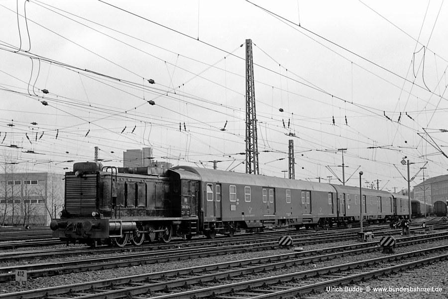 Und noch einmal dieselbe Lok von vorn: <b>236 232-5</b> im Rangierdienst am Bahnpostamt Hannover, 03.12.75. Jetzt sieht man besser, dass diese Lok auch mit zusätzlichen Kraftstofftanks auf der Motorhaube ausgestattet ist.
