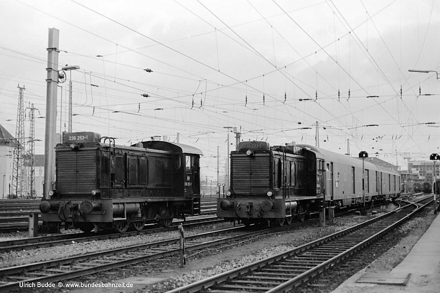 Kurze Zeit später begegnet <b>236 253-1</b> dort der zweiten, am Bahnpostamt zum Dienst eingeteilten Maschine: <b>236 232-5</b>, ebenfalls ein Nachkriegs Fertigbau mit zusätzlichem Hauptluftbehälter an der Führerhaus-Rückwand (siehe Bild 25); Hannover, 03.12.75.